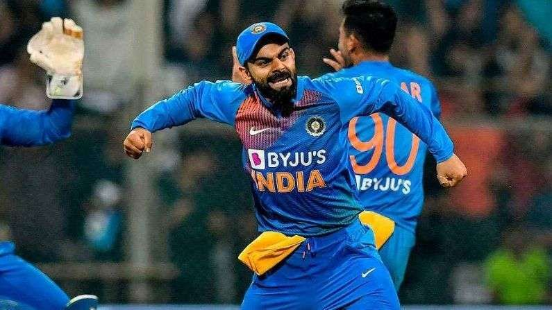 ભારતીય ક્રિકેટ ટીમના કેપ્ટન વિરાટ કોહલીનુ નામ આ યાદીમાં બીજા સ્થાન પર છે. તેને BCCI દ્વારા એ પ્લસ કોન્ટ્રાક્ટ હેઠળ સમાવેલો છે. જેમાં વિરાટ કોહલીને વર્ષે 7 કરોડ રુપિયા મળે છે. કોહલી ટીમ ઇન્ડીયા (Team India)ની ત્રણેય ફોર્મેટમાં કેપ્ટનશીપ ધરાવે છે.