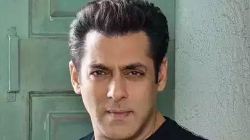 સલમાન ખાન (Salman Khan) :- સલમાન ખાન 55 વર્ષના થઈ ગયા છે. પરંતુ તેમની ફિટનેસ જોઈને કોઈ કહી નથી શકતા. અને જ્યારે ભાઈ જાન મેકઅપ કરે છે, ત્યારે તે આજના હીરોને પણ ટક્કર આપે છે. સલમાનના ચાહકોનો ક્રેઝ એવો છે કે તેઓ તેમની એક ઝલક મેળવવા માટે કોઈપણ હદ સુધી જઈ શકે છે.