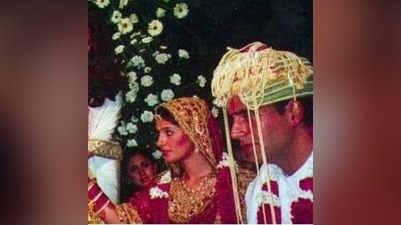 અહેવાલો અનુસાર અક્ષય કુમાર અને ટ્વિંકલ ખન્નાના લગ્ન મુંબઇમાં ડિઝાઇનર જોડી અબુ જાની અને સંદિપ ખોસલાના ઘરે થયા હતા.
