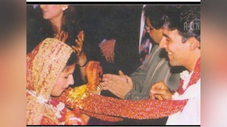 અક્ષય કુમાર અને ટ્વિંકલ ખન્નાના લગ્ન સમારોહમાં ફક્ત 50 લોકો હતા અને તેમાં આમિર ખાન, ફિલ્મ નિર્માતા ધર્મેશ દર્શન શામેલ હતા.