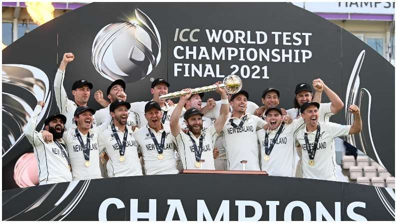 ICC વિશ્વ ટેસ્ટ ચેમ્પિયનશીપની ફાઇનલ (ICC WTC Final) મેચમાં ન્યુઝીલેન્ડની ટીમે જીત મેળવી લીધી. સાઉથમ્પટનમાં ભારત અને ન્યુઝીલેન્ડ વચ્ચે ટક્કર જામી હતી. જોકે વિજેતા ન્યુઝીલેન્ડ રહ્યુ હતુ. કેન વિલિયમસન (Kane Williamson) ટેસ્ટ ક્રિકેટના પ્રથમ વિશ્વકપને જીતવામાં સફળ રહેલો કેપ્ટન બન્યો હતો. ICC માં એમએસ ધોની (MS Dhoni) ની ટીમ ઇન્ડીયા સાથે શરુ થયેલ સીલસીલો વિલિયમસન વાળી કીવી ટીમની જીત સાથે યથાવતો રહ્યો હતો. ICC ની પાછળની 7 ટૂર્નામેન્ટની કહાની એક જેવી જ રહી છે. પાછળના 7 ICC ઇવેન્ટમાં દરેક વખતે વિજેતા ટેગ નવા કેપ્ટન અથવા તેની ટીમ સાથે જોડાયેલ છે.