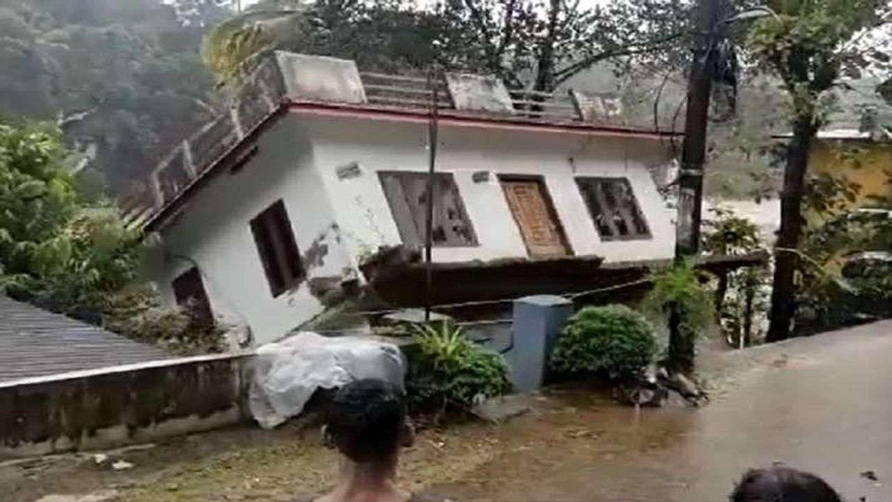 kerala floods house collapses into river in kottayams mundakayam after heavy rainfall video